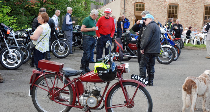cropton-vintage-motorcycle-rally-2016-motorbikes-chatting
